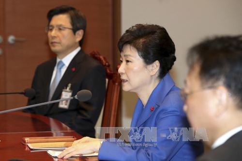 Tổng thống Park Geun-hye (giữa) và Thủ tướng Hwang Kyo-ahn (trái) tại phiên họp nội các khẩn ở Seoul ngày 9/12. Ảnh: AP/TTXVN