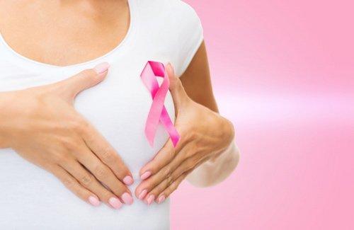 Nếu trên da hoặc quanh vùng núm vú xuất hiện các nốt mẩn đỏ hoặc phát ban, bạn cũng nên cân nhắc việc đi khám. (Ảnh minh họa)