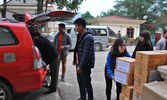 Thành viên đoàn công tác xếp, dỡ và tập trung hàng cứu trợ.