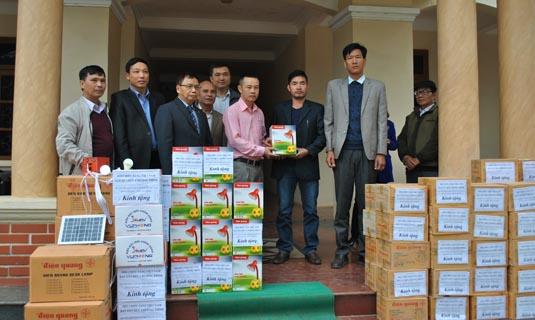 -Đại diện Cty CP Bóng đèn Điện Quang trao tặng quà của công ty cho Chủ tịch hai xã Đồng Nghê và Suối Nánh.