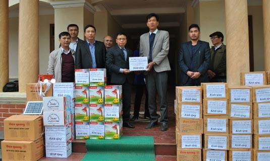 -PGS.TS Nguyễn Hồng Tiến, CT Hội CSVN trao quà của Chương trình cho đại diện hai xã Đồng Nghê và Suối Nánh, huyện Đà Bắc.