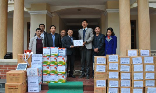 PGS.TS Nguyễn Hồng Tiến, CT Hội CSVN trao tặng máy phát điện mặt trời Sola cho bà co bị thiên tai xã Đồng Nghê và Suối Nánh, huyện Đà Bắc.