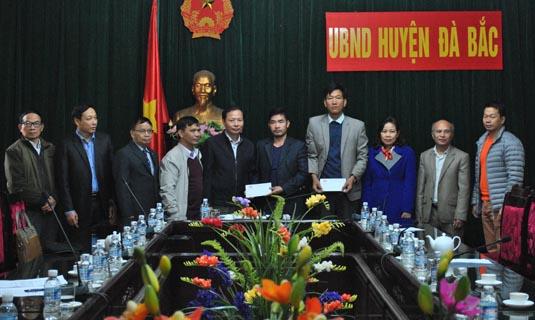 -Thay mặt cho Cty Hapulico, ông Đoàn Văn Hào Chủ tịch công đoàn cty Hapulico trao tặng quà của công ty cho Chủ tịch hai xã Đồng Nghê và Suối Nánh