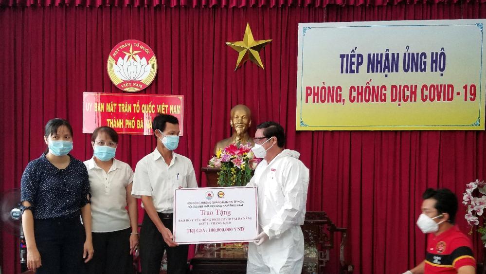 Chủ tịch Hội đồng hương Quảng Nam ông Nguyễn Văn Tuấn trao quà cho vị Đại diện Ủy ban MTTQ Việt Nam TP. Đà Nẵng.