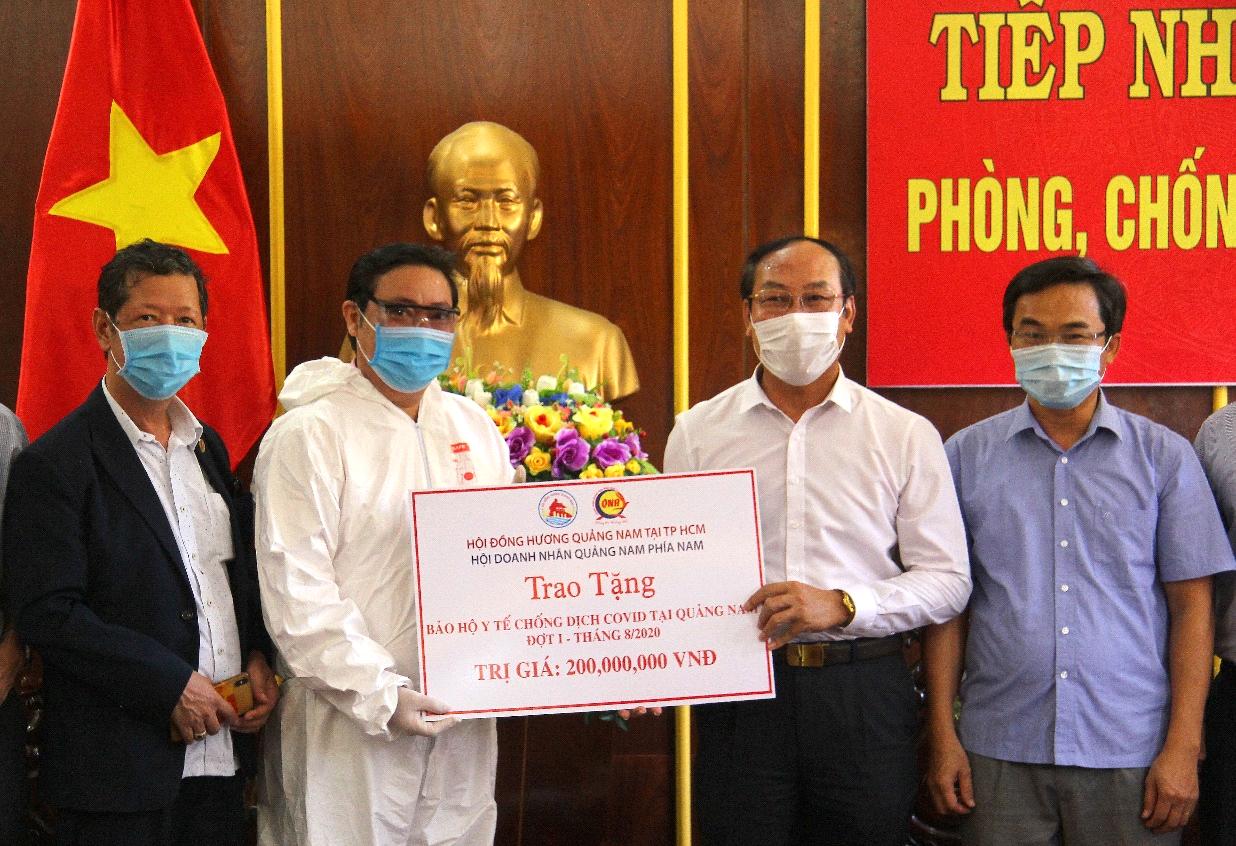 Ông Nguyễn Văn Tuấn và ông Trần Vũ Lê chủ tịch Hội Doanh Nhân Quảng Nam phía Nam trao cho ông Võ Xuân Ca chủ tịch Ủy ban MTTQ Việt Nam tỉnh Quảng Nam