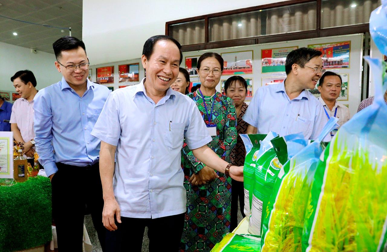 Bí thư Tỉnh ủy kiêm Chủ tịch UBND tỉnh Hậu Giang Lê Tiến Châu với nông sản chế biến có thương hiệu