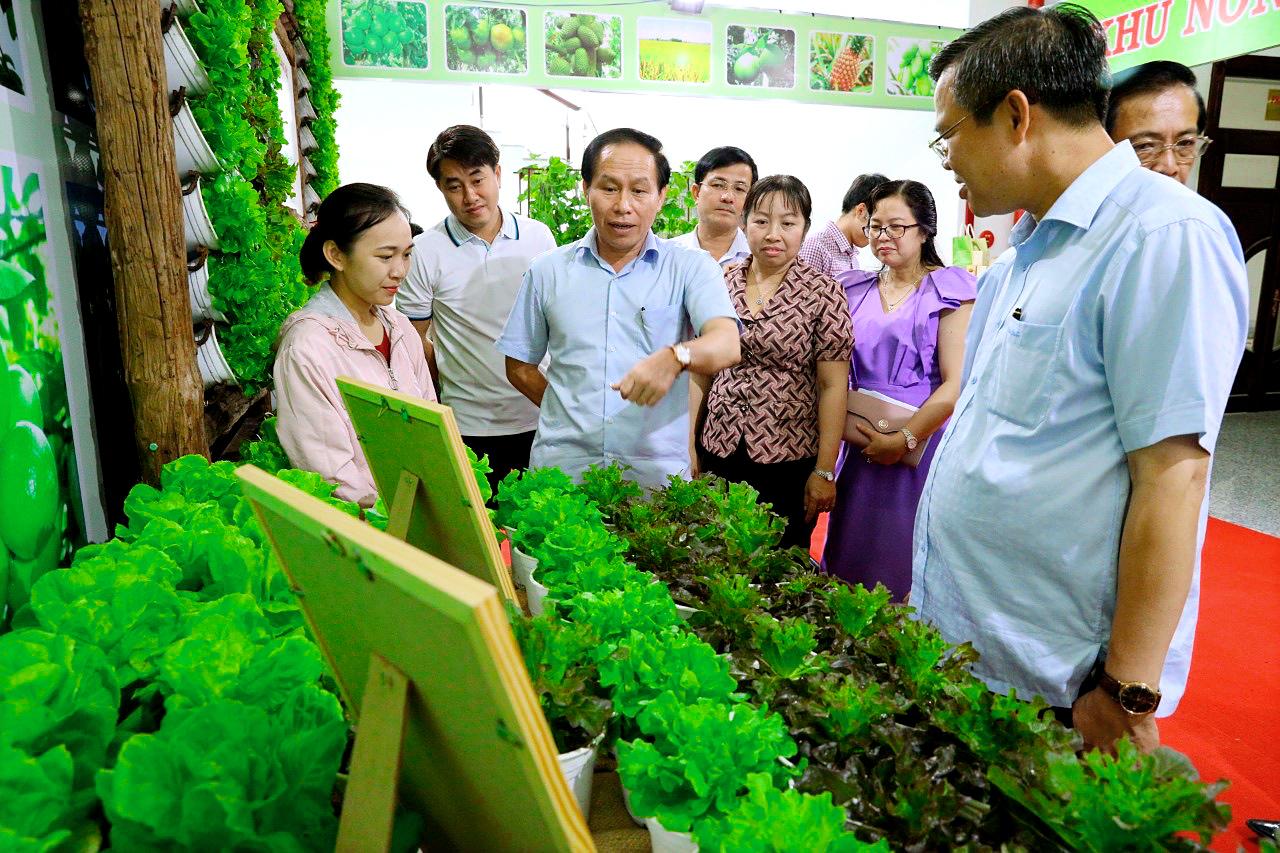 Lãnh đạo tỉnh Hậu Giang thăm gian hàng giới thiệu công nghệ tiên tiến trồng rau xanh