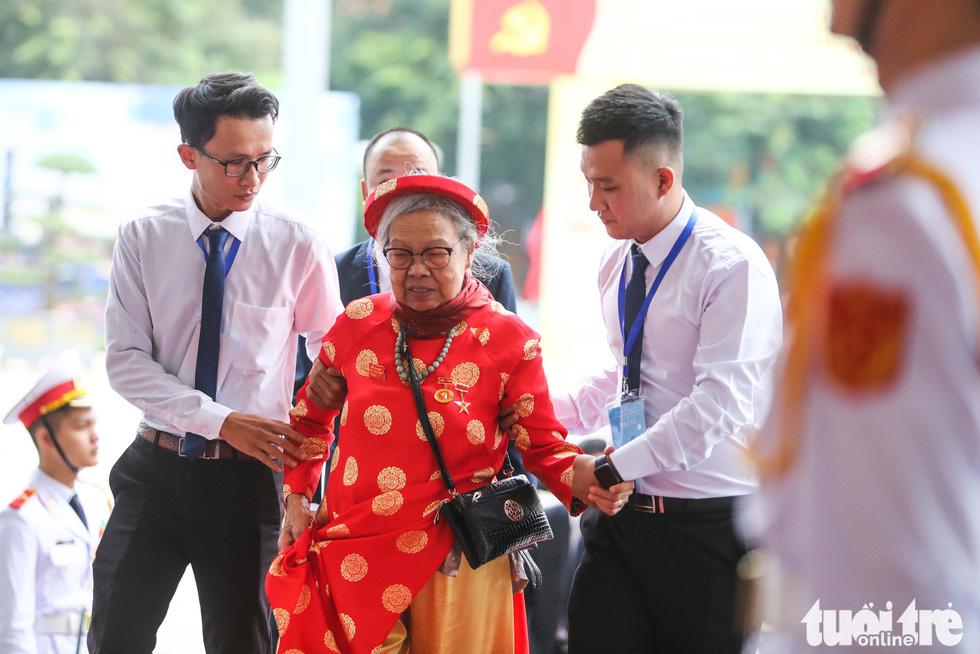 Một bà mẹ Việt Nam anh hùng tới tham dự đại hội - Ảnh: NGUYỄN KHÁNH