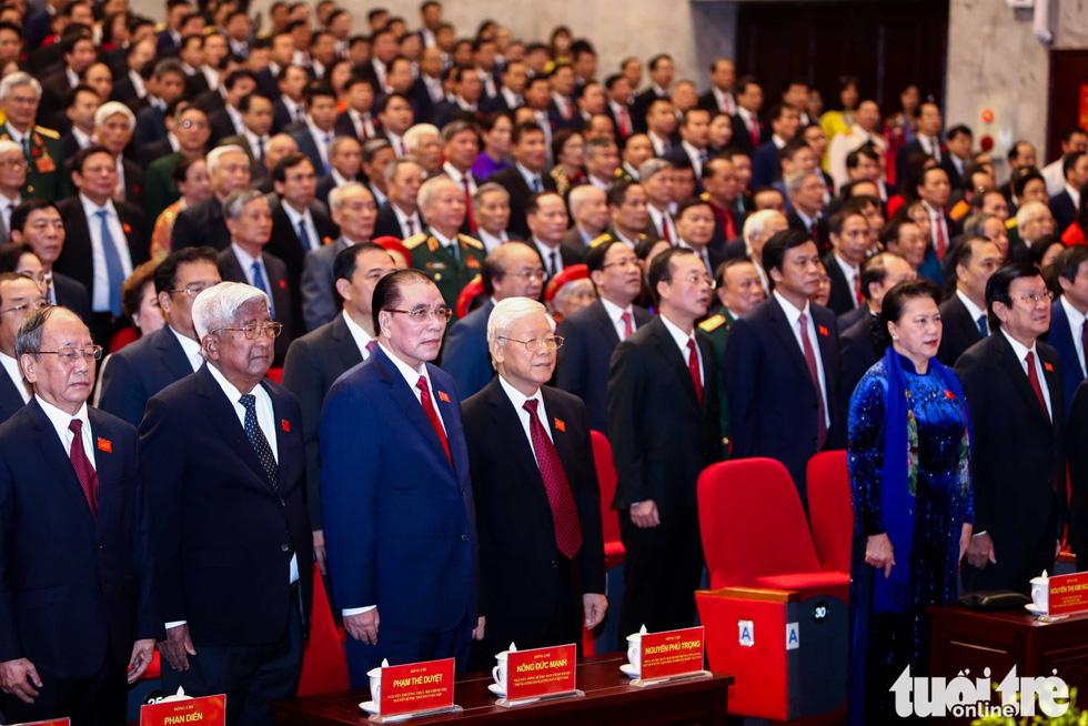Các vị lãnh đạo Đảng, Nhà nước, Quốc hội, nguyên lãnh đạo Đảng, Nhà nước, Quốc hội và các vị đại biểu tại đại hội làm lễ chào cờ - Ảnh: NGUYỄN KHÁNH