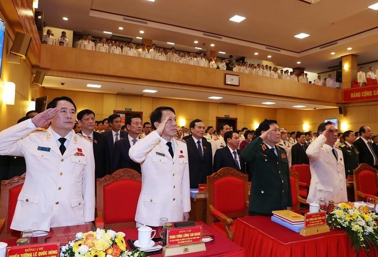 Các đồng chí lãnh đạo, đại biểu thực hiện nghi thức chào cờ khai mạc Đại hội