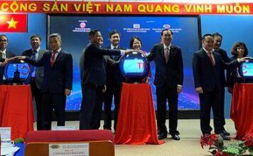 Phó Chủ tịch Thường trực UBND TP Lê Thanh Liêm cùng các đại biểu ấn nút vận hành Trung tâm an toàn thông tin